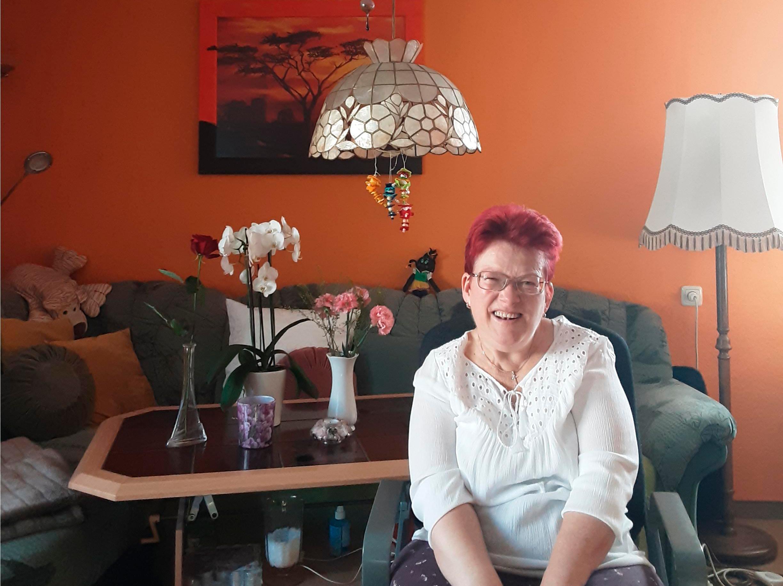 Ines Giebe in ihrem Wohnzimmer